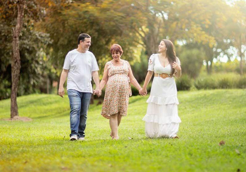 Barriga solidária: mãe gera neto para filha que perdeu o útero