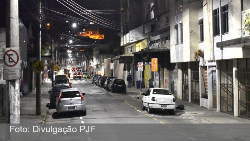 Prefeitura de Juiz de Fora instala luminárias LED em duas ruas da Região Leste
