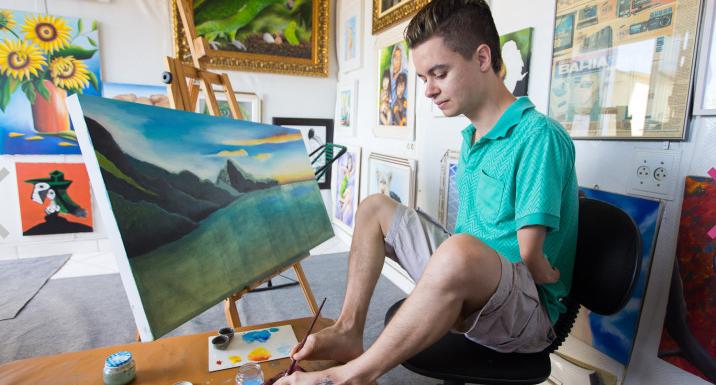Artista deficiente de 24 anos pinta muito com os pés e a boca; conheça Daniel Ferreira